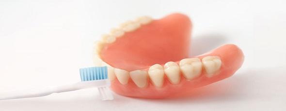 Jak czyścić protezę zębową?