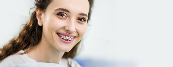Podrażnienia i otarcia od aparatu ortodontycznego
